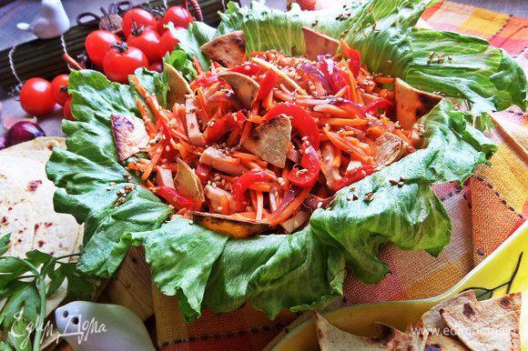 Перед подачей посыпаем чипсами и подаем салатик.