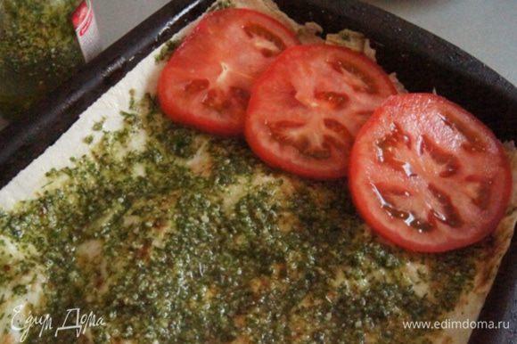 Снова накрыть листом лаваша. Смазать равномерно соусом песто. Используйте готовый или сделайте соус сами. Сверху выложить нарезанные на кружочки помидоры.