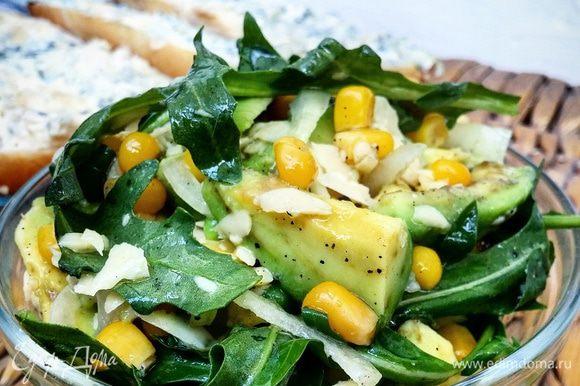 Смешать руколу, авокадо, лук, кукурузу, сыр, заправить подсолнечным маслом и соком лимона (по вкусу), посолить, поперчить. Приятного аппетита!