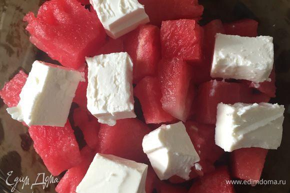 Также нарезать сыр Фета кубиками и положить на арбуз.