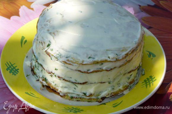 Бока и верхушку промазать майонезом. Готовый «тортик» охладить минут 15 — 20 в холодильнике.