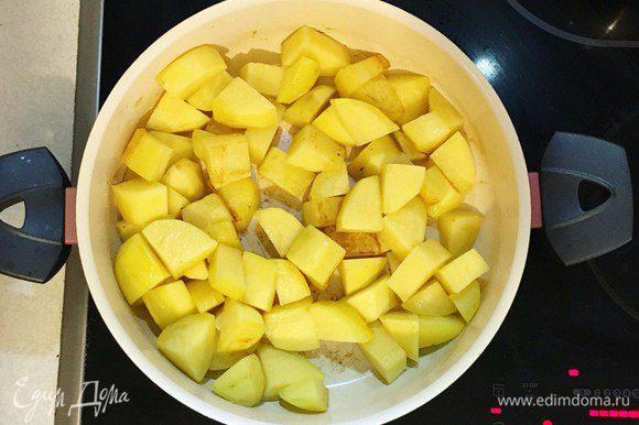 В сковороде разогреть растительное масло, обжарить картофель на среднем огне 15-20 мин.