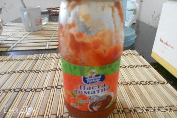 В сковороду к овощам добавить 2 ст. л. томатной пасты, 150 мл. горячей кипяченой воды. Тщательно размешать для равномерного распределения томатной пасты. Тушить еще 2 минуты на медленном огне.