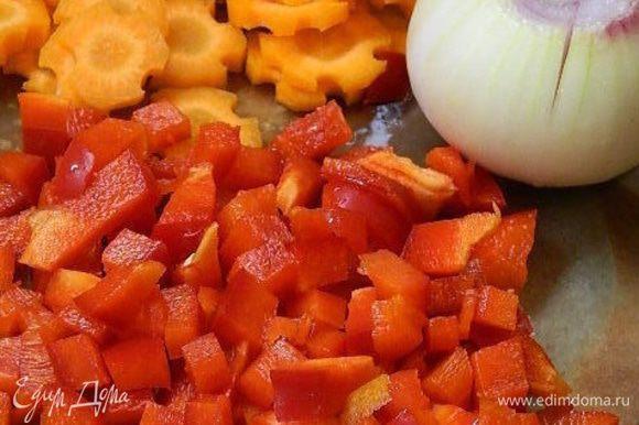 Морковь нарезать колечками, болгарский перец — кубиками. Лук почистить и надрезать крестообразно.