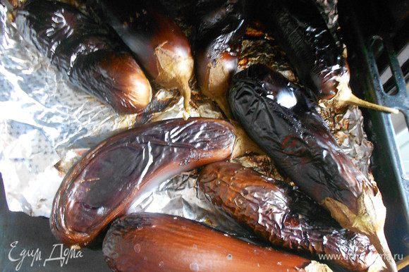 Духовку разогреть до 200 — 230°С. Запекать до готовности, т. е. у готовых будет запечена шкурка и они будут, как сдутые шарики (см. фото). Запеченные баклажаны остудить и очистить кожуру (она легко снимается).