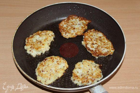 Выкладывать ложкой оладьи на раскаленную сковороду с раст. маслом, обжарить на сковороде с двух сторон до золотистой корочки.