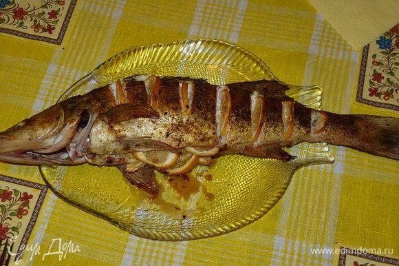Поставить в заранее разогретую до 180°С духовку и запекать 30 минут. Судак — очень быстро готовится, по сравнению с другой рыбой. Готово!