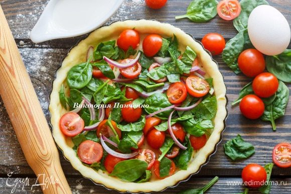 Выложить начинку — нарезанные помидоры, лук и шпинат.