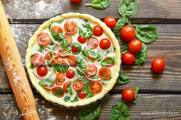 Для заливки смешать яйца и сливки, приправить солью и перцем. Залить пирог.