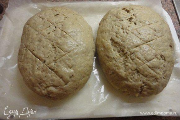 Я сформовала из подошедшего теста две булочки, а можно и три батона или вообще выпекать в хлебной форме. Изделиям дать подойти в теплом месте, сделать надрезы, смазать пивом и выпекать в духовке 40-50 минут при температуре 180-200°С.