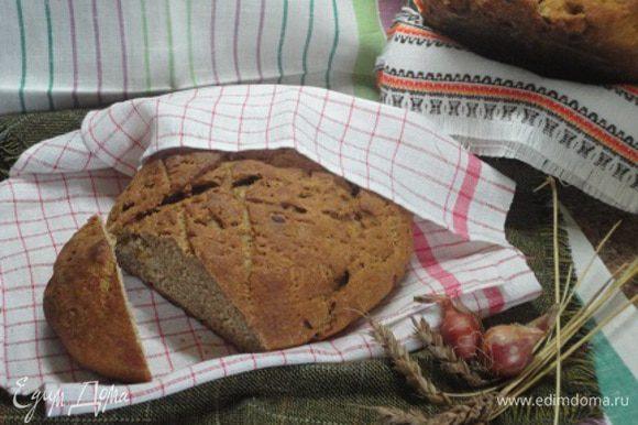 Одна булка у меня сильно потрескалась сверху, но мне даже нравится такой хлеб. Вот такой получился хлебушек для любителей ржаной выпечки.