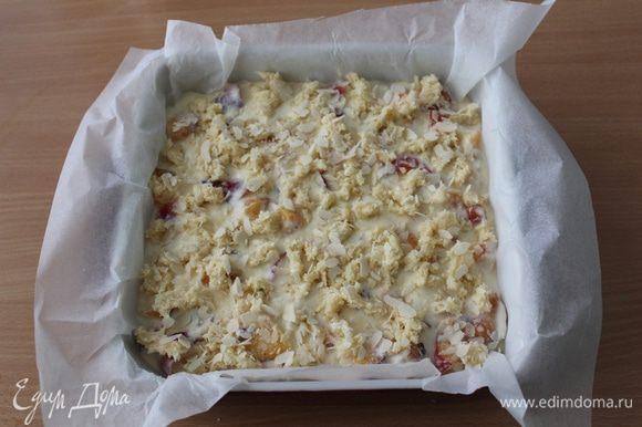 Достать из морозилки замороженный кусок теста и натереть его через крупную терку на творожную начинку. Форму поставить в нагретую духовку до 180°С на 40 — 50 минут до золотистой верхней корочки.