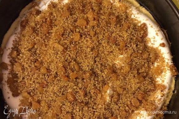 Сверху выложить половину взбитых белков, затем половину орехов с изюмом.