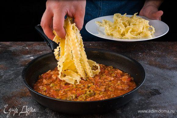 Добавьте макароны к соусу, немного оливкового масла и аккуратно перемешайте.