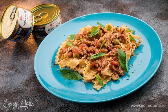 Выложите готовую пасту на тарелку, украсьте зеленью по вкусу и подавайте горячей! Приятного аппетита!