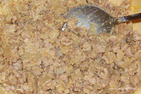 Добавить к фаршу 1 желток, 1 столовую ложку сливок, 3 столовых ложки манки (можно заменить сухарями). Тщательно размешать.