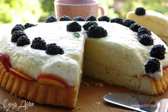 Вот такой торт без кусочка, слой крема высокий, практически не держится бортиком бисквита, довольно-таки устойчивый, перенес переезд при 40-градусной жаре. Немного крема осталось при наполнении формы (шаг 4), им заполнила готовые тарталетки, до третьего десерта (или, точнее, до четвертого блюда, если считать первый соус) дело не дошло, ничего не осталось. Форма у меня 18 см по внутреннему кругу, в большую форму весь крем поместится. Приятного аппетита!