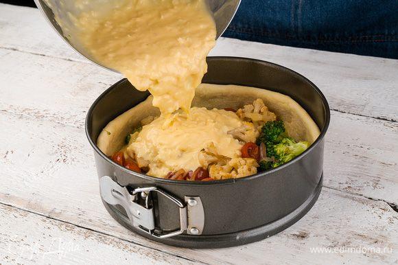Затем форму достать, выложить овощи, колбасу и залить яйцами со сметаной, положить вяленые помидоры. Выпекать 30 — 40 мин.