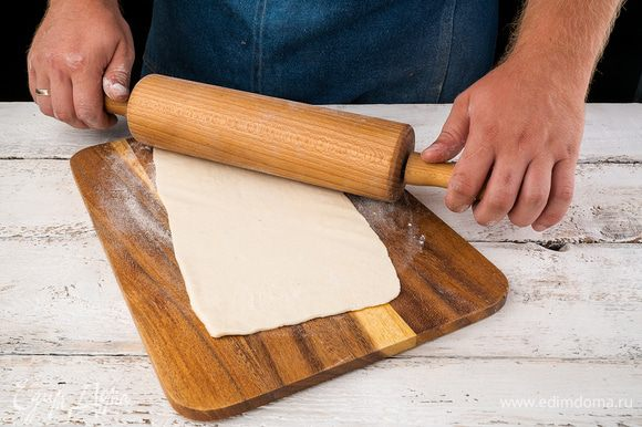 Слоеное тесто разделить на квадратики 10 х 10 см.