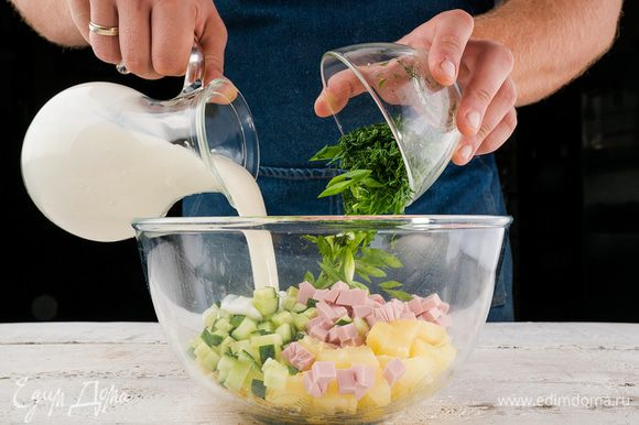 Охлажденный кефир выливаем к нашему «оливье» и хорошо перемешиваем. Добавляем немного сока лимона. Если домашний кефир слишком густой, то разбавьте его немного холодной водой. Можно использовать и магазинный кефир. Отправляем окрошку охлаждаться.