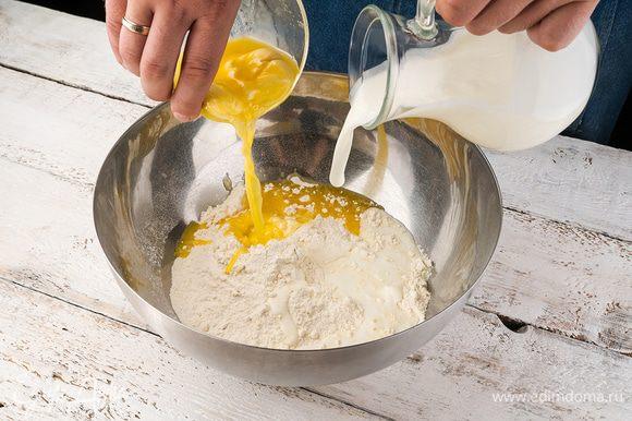 Замесить тесто: в кефир всыпать соль, соду, сахар и добавить растопленное сливочное масло, ввести муку и замесить мягкое тесто.