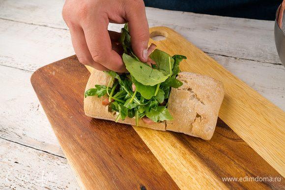 На кусочки багета выкладываем немного руколы, далее колбаса, обильно поливаем соусом, опять рукола. Для дизайна бутерброда можно использовать колбасу «Астория».