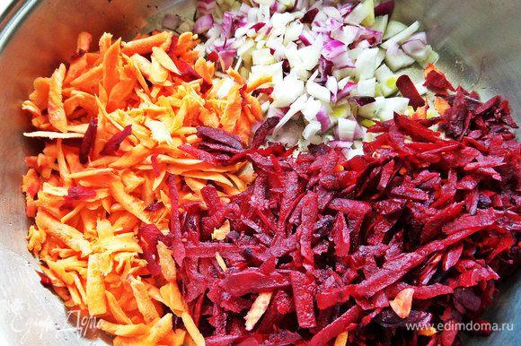 Высыпать овощи в сковороду после бекона.