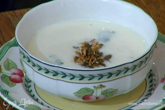 Разлить суп в тарелки, в каждую добавить немного обжаренных семечек.