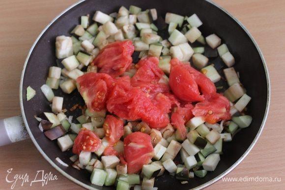 Добавляем помидоры без кожицы, томатную пасту, соль, перец.