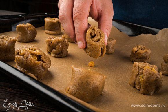 Нарезать тесто на несколько частей. Запекать в духовки 15 — 20 мин.