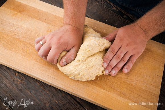 В течение 7 минут вымесить тесто. Оставить на подъем в теплом месте на 1 час.