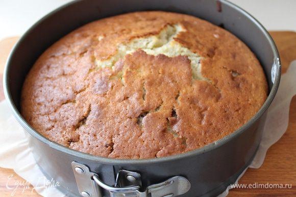 Остудить пирог минут 10 в форме, затем аккуратно достать и остудить полностью.