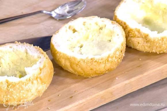 Предварительно размягченным сливочным маслом слегка смазать внутренние стенки корзинок.