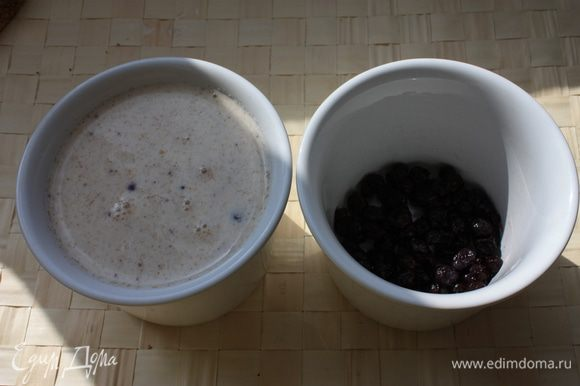 Выложите в сливки грушевое пюре, размешайте для однородности. В форму выложите свежую чернику и залейте сливочной смесью. Отправьте будущую панна котту в холодильник на 3 — 4 часа до полного застывания. Перед подачей буквально на несколько секунд опустите формы в горячую воду, чтобы панна котту легче было извлечь. Подавайте с фруктами!