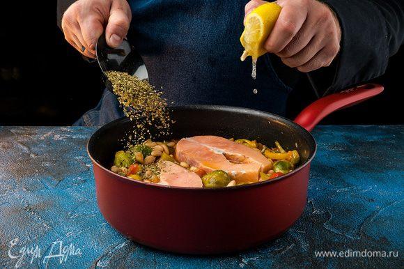 Добавить к рагу фасоль без жидкости, полить лимонным соком и посыпать орегано, накрыть крышкой и тушить 15 — 20 мин.