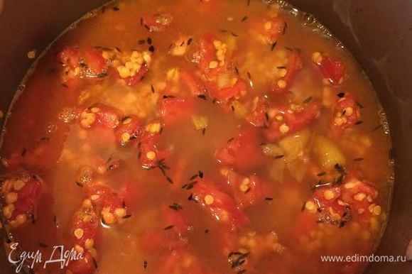 Чечевицу лучше брать красную, дробленую. Помидоры очистить и нарезать. Чечевицу хорошо промыть. Добавить к луку помидоры, чечевицу и бульон. Накрыть крышкой и варить 15 минут.