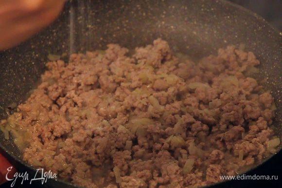 Когда мясо в сковороде приобретет светлый оттенок, нужно его посолить и поперчить по вкусу.