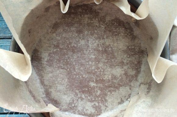 Достаньте форму с тестом из холодильника, накройте бумагой для выпечке и насыпьте сухой рис или керамические бобы. Выпекайте 15 минут, затем уберите бумагу с грузом и выпекайте тесто еще 5 минут, чтобы оно пропеклось почти до готовности.