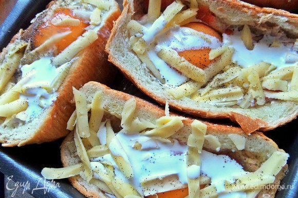 Влить сверху по столовой ложке жирных сливок, посолить, поперчить или приправы по вкусу.