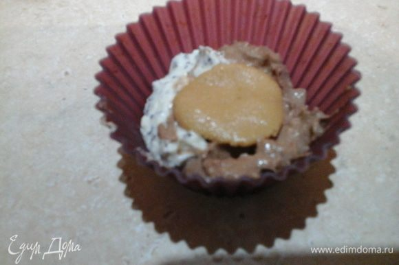 Начинаем формировать сырники: чайной ложкой с одного края выкладываем немного маково-творожной смеси, а с другой стороны — шоколадно-творожной смеси. Берем немного (буквально размером с фасоль) арахисовой пасты и выкладываем сверху творожных смесей.
