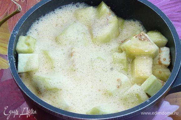 Слить образовавшуюся жидкость с баклажан. Яичной смесью залить баклажаны и поставить в холодильник на 1 час, периодически перемешивая массу. Баклажаны впитают в себя значительную часть яичной смеси.