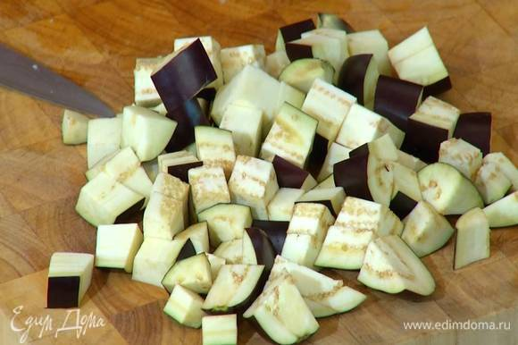 Баклажаны и кабачок нарезать небольшими кубиками.