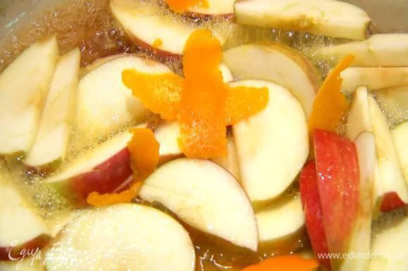 Приготовить соус: в сковороду всыпать оставшийся сахар, добавить яблочные дольки, апельсиновую цедру, влить апельсиновый сок и имбирный напиток и прогревать все на медленном огне, так чтобы яблоки закарамелизировались.