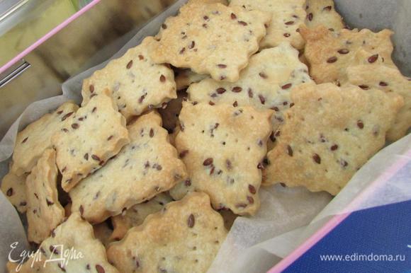 Готовое печенье извлечь из духовки. Положить в контейнер, дать остыть, затем плотно закрыть крышкой, чтобы сохранить максимально свежесть печенья.
