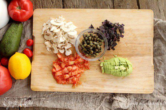 Подготовим наши ингредиенты: тонкими слайсами режем грибы, базилик, томаты, авокадо мелко порубим.