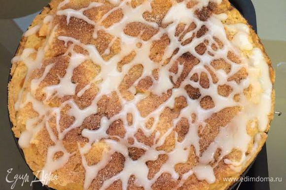 Пирог покрыть глазурью.