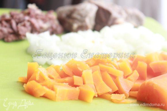 Мелко порубим отварное мясо, отварную морковь и лук. Лук можно обжарить, а можно оставить сырым, как в моем случае. Я стараюсь в данном рецепте использовать меньше обжаренных продуктов, так как его будут «уплетать» мои дети. В начинку добавляем уже остывший обжаренный кабачок.