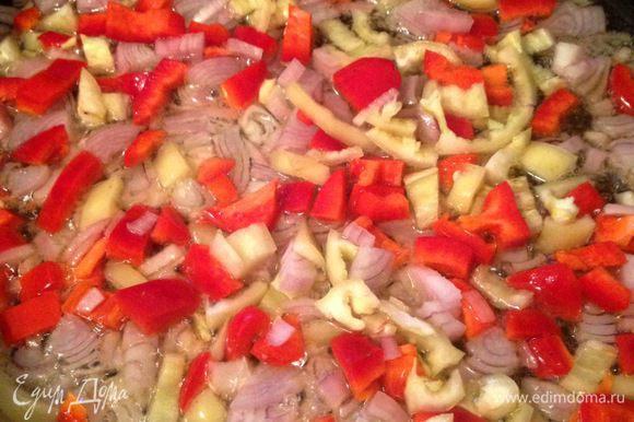 Лук и болгарские перцы помыть, очистить и нарезать мелким кубиком. Обжарить на растительном масле до мягкости. У меня 2 желтых и 2 красных перца.