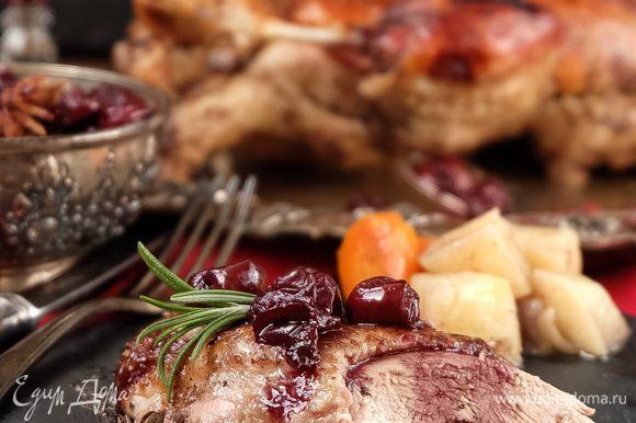 Достаем утку, даем немного остыть, разрезаем на порционные кусочки, поливаем сверху соусом и подаем с овощами. Вот такая красота получается!