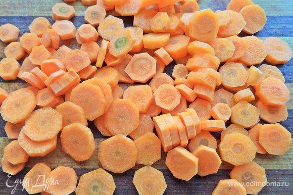 Морковь — кружочками. У меня молодая морковь, мелкая. Крупной достаточно одну.